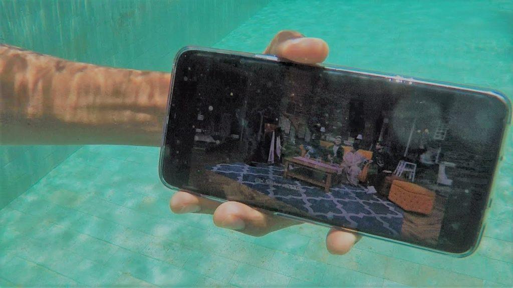 Berenang sambil foto-foto pake smartphone? Yuk lakuin ini setelah pake hapemu buat foto underwater!